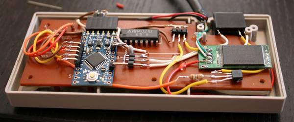 Une clé USB dans un pad NES sécurisée par Konami code.