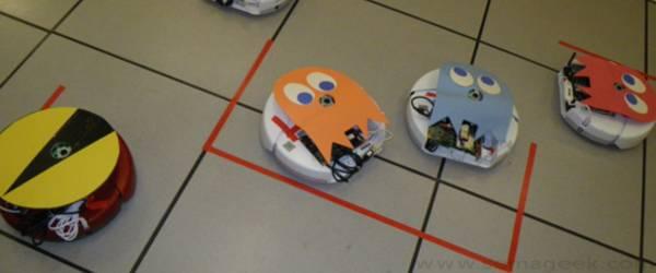 Des Roombas qui se font une partie de Pacman.