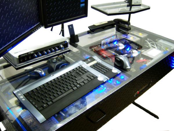 the desk un ordinateur int gr dans un bureau vraiment tr s design semageek. Black Bedroom Furniture Sets. Home Design Ideas