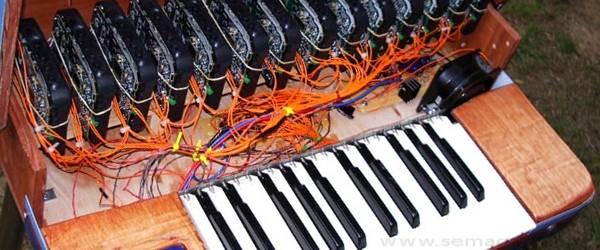 Un instrument de musique qui utilise 14 walkmans.