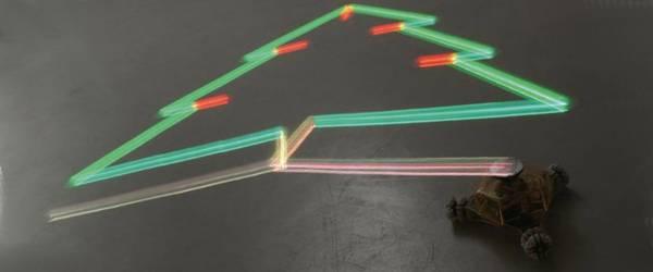 Un robot artiste dessinant avec de la lumière.