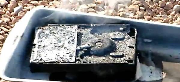 Un disque dur SSD indestructible à l'épreuve du feu, de l'eau et des chocs.