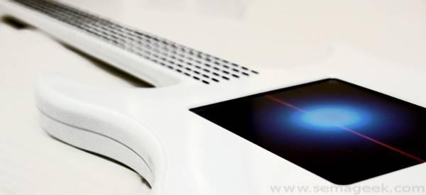 Misa : La guitare électrique digitale avec un écran tactile.
