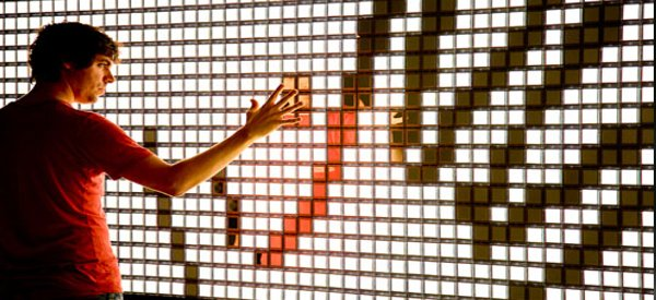 Mirrorwall : Philips crée un miroir interactif à base d'OLED.