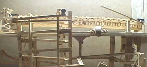 Vidéo : Une incroyable Rube Goldberg Machine en bois.