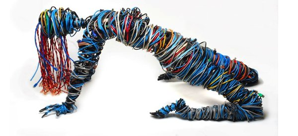 Connected : une sculpture de femme à base de câbles