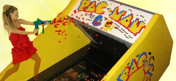Une borne d'arcade 8 bits Pacman entièrement réalisée en LEGO.