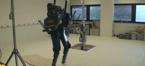 Mabel, le robot bipède qui se casse la jambe.