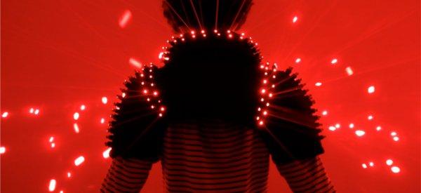 Une magnifique veste électronique avec plus de 200 lasers