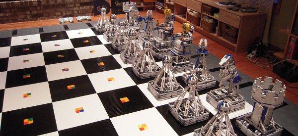 Monster Chess : Un partie géante d'échec avec des pièces robotisées à base de Lego
