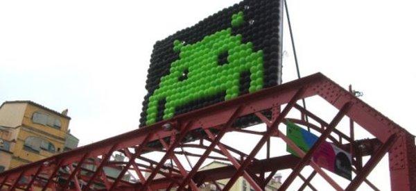 Des scènes de Space Invaders réalisées avec des ballons en Espagne.