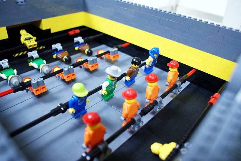Détente   Fabriquer un babyfoot DIY avec des Lego - Semageek fee8e5eb7358