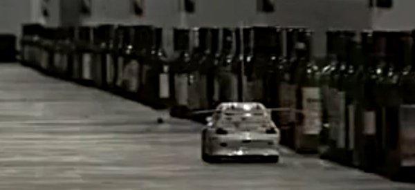 Vidéo : Jouer le thème de Mario avec une voiture RC et des bouteilles de vin