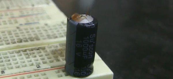 Vidéo : La destruction et l'explosion de composants électroniques