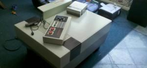 DIY : Une table basse multimédia en forme de Nintendo NES géante