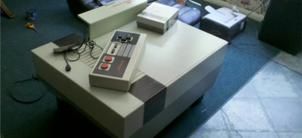 DIY : Une table basse multimédia en forme de Nintendo NES géante