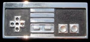 Une boucle de ceinture avec un contrôleur Nintendo NES en argent