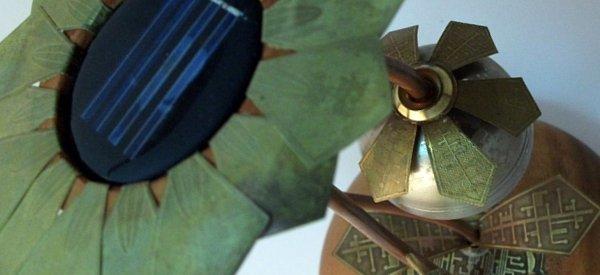 SteamPunk : Un lampe solaire à LED en forme de tournesol.