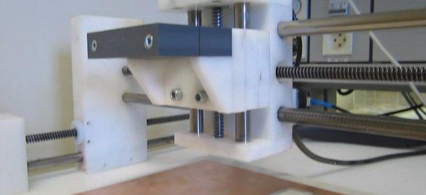 Vidéo : Le thème de Mac Gyver joué par une machine à graver les circuits électroniques