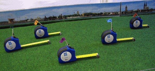 Une course d'escargot avec des mètres rubans robotisés