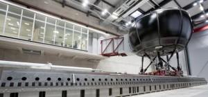 Un simulateur de conduite Mercedes-Benz vraiment énorme.