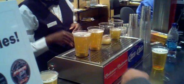 Une incroyable machine qui remplit les verres de bière pression par le bas