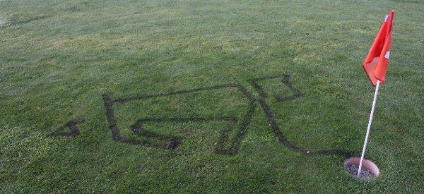 Kunstrasen : Le robot chalumeau qui dessine dans l'herbe en la brûlant
