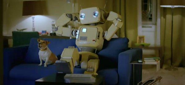 Une publicité pour la télécommande Logitech Harmony avec un Robot Rétro