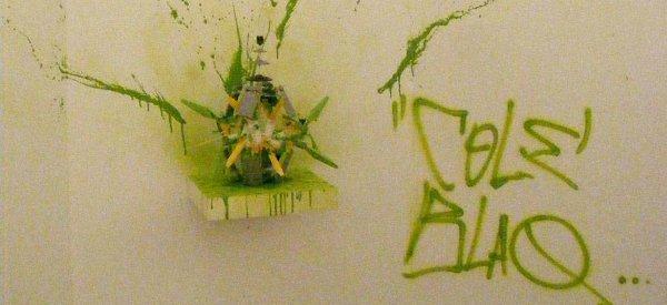 Cole Blaq réalise une explosion de bombe de peinture en LEGO