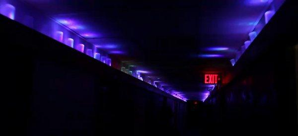 Bemis 100 LED Lighting System : Des étudiants éclairent 30 mètres de couloir avec 1600 LED RVB