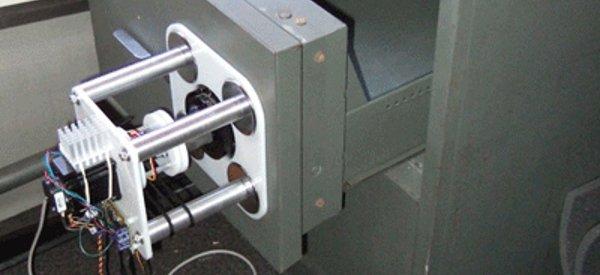 Un robot qui ouvre un coffre-fort par la méthode brute force