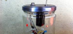DIY : Un synthétiseur musical qui réagit à la lumière dans un bocal.