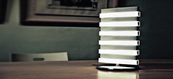 Une lampe de bureau originale au design de piano par QisDesign