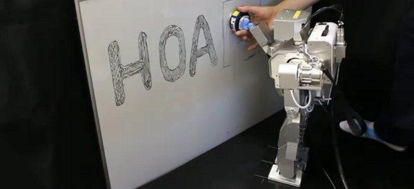 Un robot humanoïde qui apprend à effacer un tableau blanc par l'exemple.
