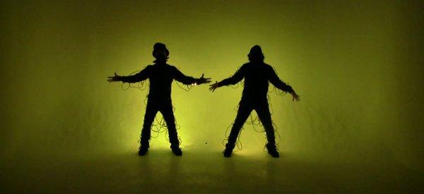 Une chorégraphie musicale dans le noir avec un habit de LED