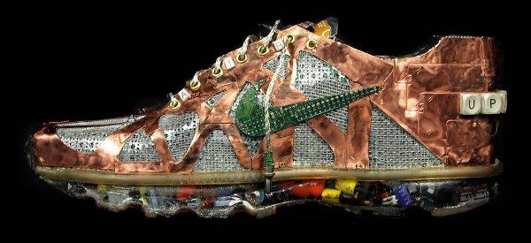 Une paire de Nike Air Max fabriquée avec des composants électroniques