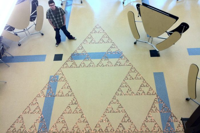 Des étudiants réalisent le plus grand triangle Sierpinski de Triforce au monde