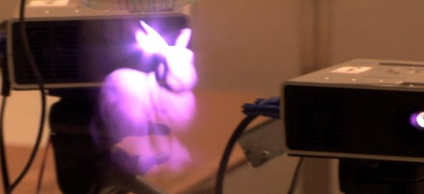 Une projection 3D à l'aide de trois projecteurs et du brouillard