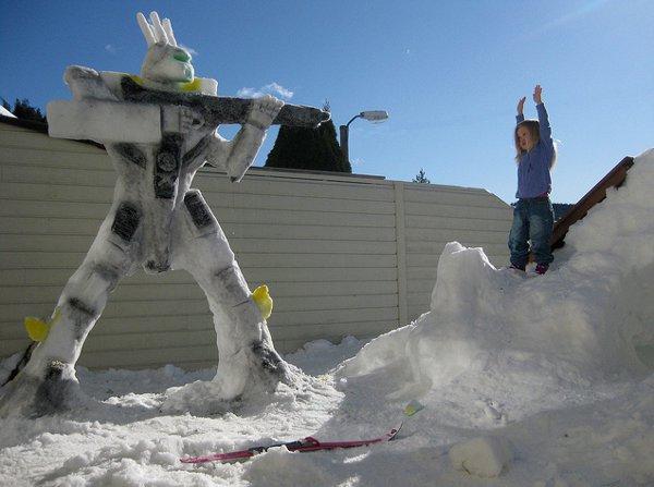 Une sculpture de Battloid Robotech réalisée dans la neige.