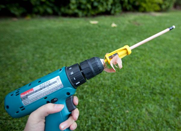 Gadget : Un taille-crayon monté en mandrin sur une perceuse