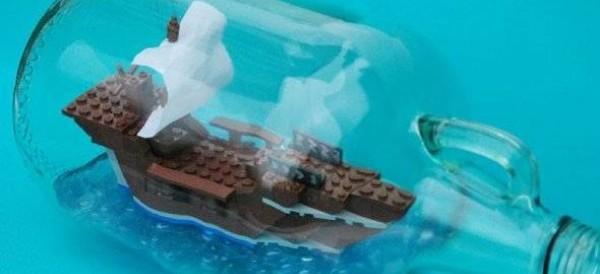 Vidéo : La construction d'un bateau en Lego a l'intérieur d'une bouteille