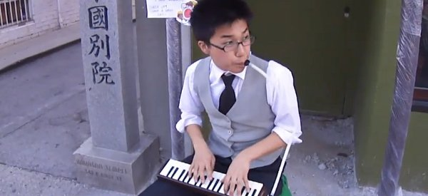 Mike Choi, le jeune homme qui joue du Nintendo avec piano à vent dans les rues de Los Angeles