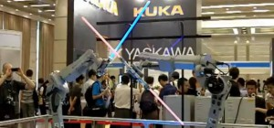 Un combat de sabre laser avec des bras robotisés Motoman