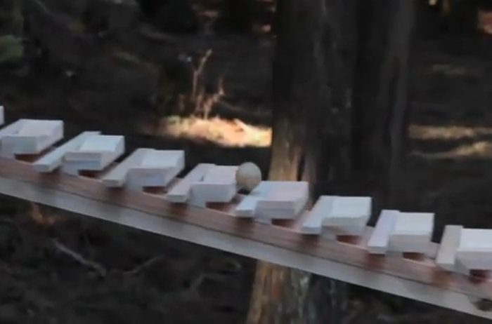Une campagne de pub NTT Docomo avec xylophone géant et naturel