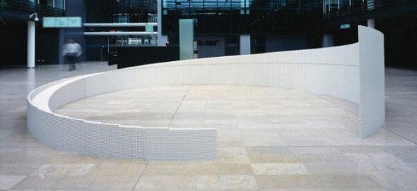 Metaphorical Horizons : Une sculpture à base de LEGO en forme de mur circulaire.