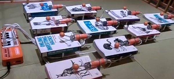 Un instrument de musique fabriqué avec des livres et des percuteurs.
