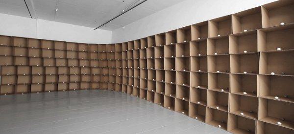 Zimoun : Une oeuvre d'art avec 138 moteurs et des boules de coton