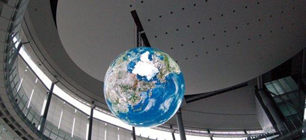 OLED Geo-Cosmos Globe : Un écran sphérique composé de 10000 panneaux OLED par Mitsubishi.