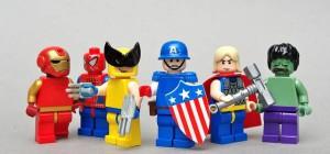 Des personnages LEGO super héros crées par un fan impatient