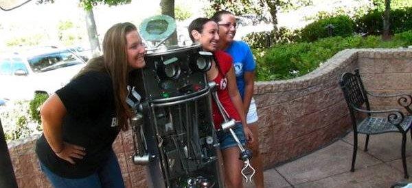 Dr R.E. Cycler, Le robot qui compacte vos canettes pour les recycler